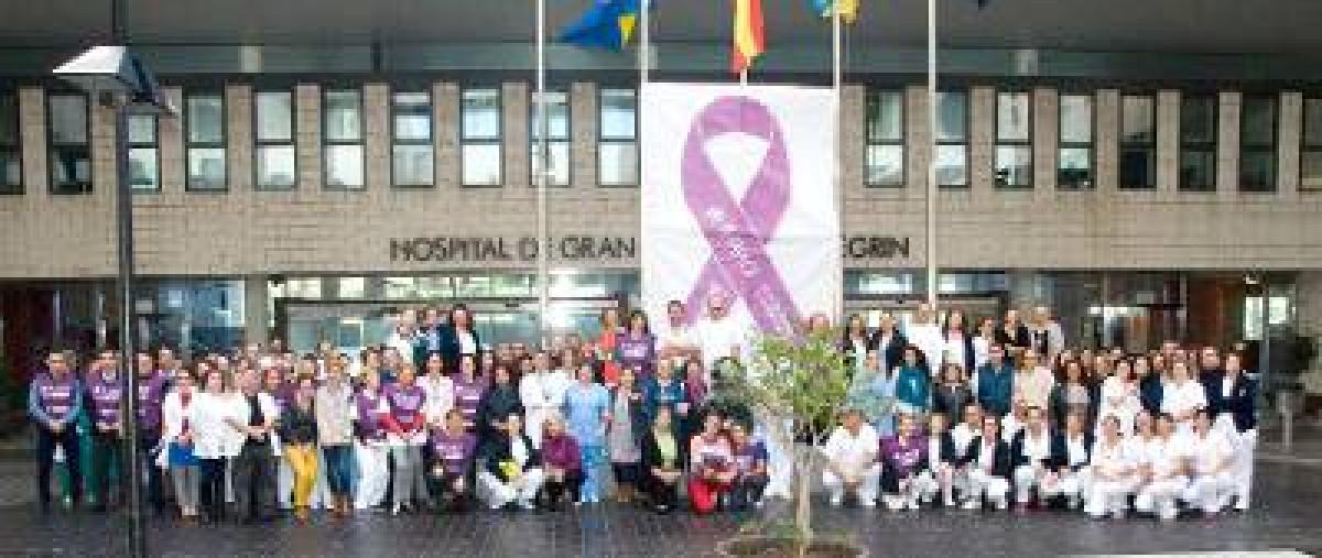 Los profesionales del Hospital Dr. Negru00c3 n junto a la lona conmemorativa