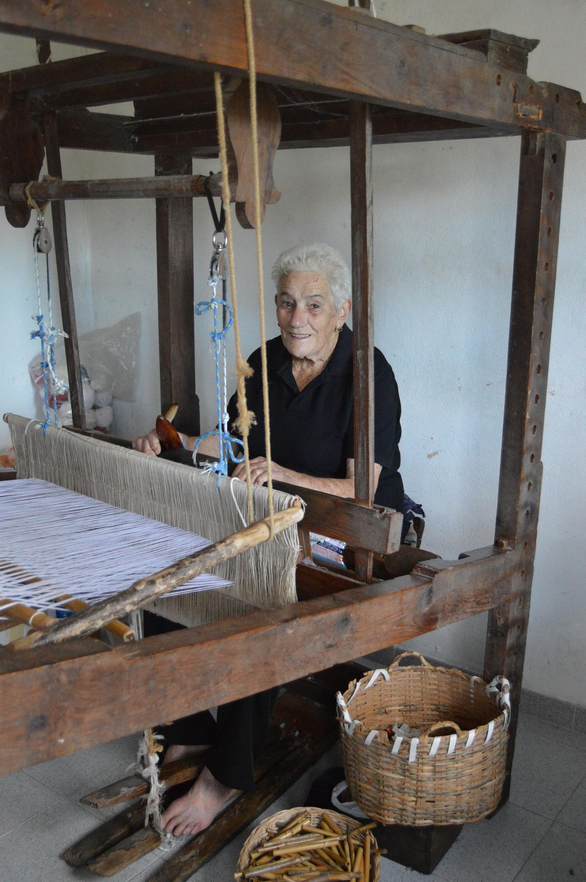 Rosario Alvarez Lorenzo Artesana Tejedora en Telar