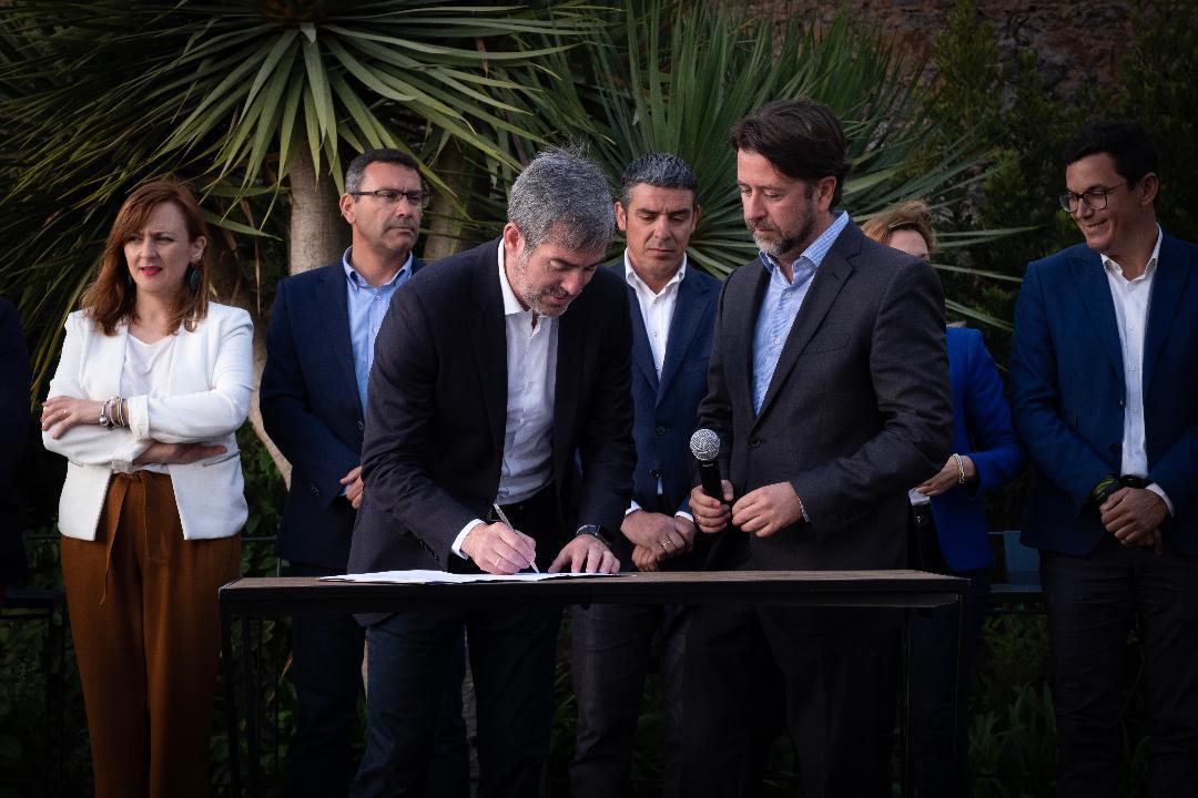 Firma Contrato con Canarias 1, 3004
