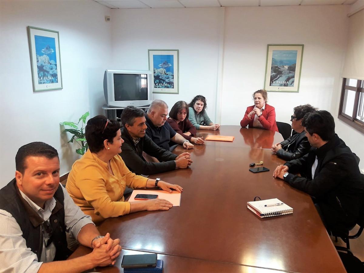 Beatriz Pu00e1ez centro durante la reuniu00f3n con los profesionales de AE y del centro educativo